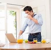 Inilah Bahaya Dari Makan Sambil Berdiri Yang Harus Kamu Tahu!
