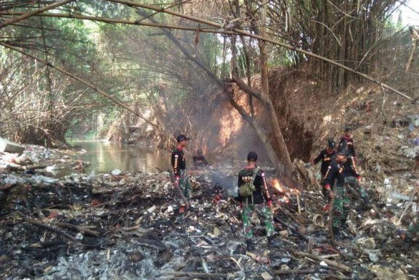 Ibu Iriana Ikutin serta dalam Kegiatan Pembersihan Sampah di Kali Baru Bogor